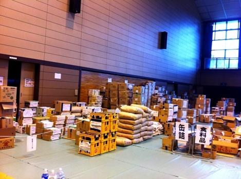体育館に山積みの支援物資