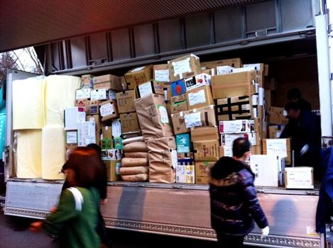 支援物資をトラックへ