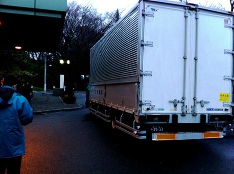 トラック出発