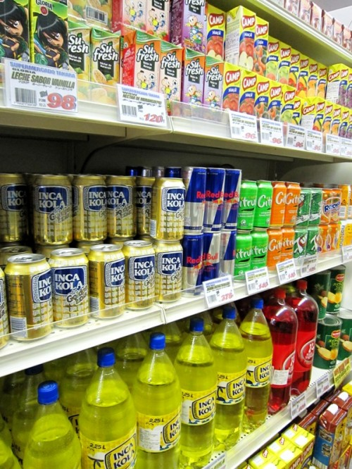 海外からのジュースが所狭しと並ぶ棚