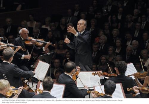 アバド氏が指揮するオーケストラの様子。 Photo: Peter Fischli, LUCERNE FESTIVAL